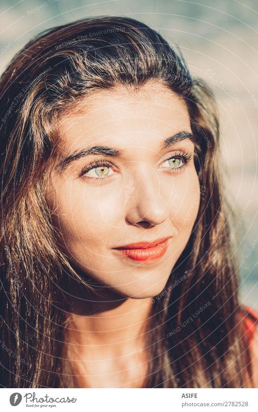 Porträt eines schönen Mädchens in der Sonne Freude Glück Gesicht Erholung ruhig Sommer Mensch Frau Erwachsene Wärme beobachten Lächeln Fröhlichkeit niedlich