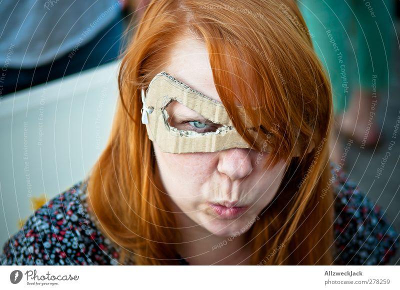 Pappmarella is not amused! Basteln feminin Junge Frau Jugendliche Erwachsene 1 Mensch 18-30 Jahre Maske rothaarig langhaarig Aggression trashig Wachsamkeit