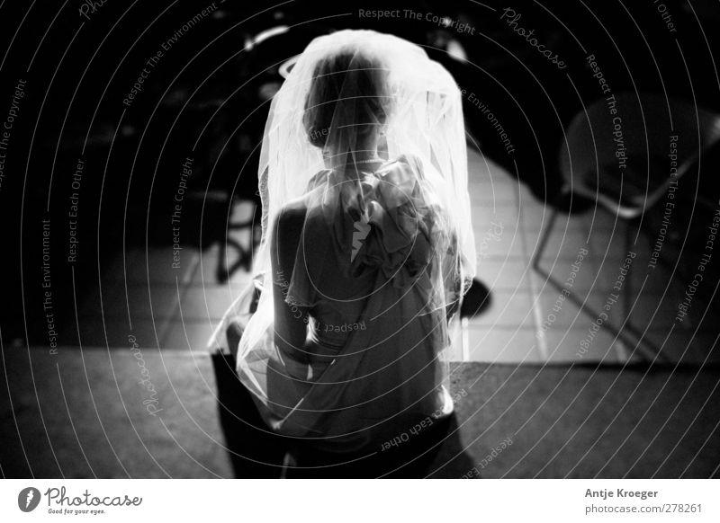 Die Braut Mensch feminin Junge Frau Jugendliche Erwachsene Rücken 1 18-30 Jahre Stoff blond beobachten berühren glänzend Liebe sitzen träumen Traurigkeit warten