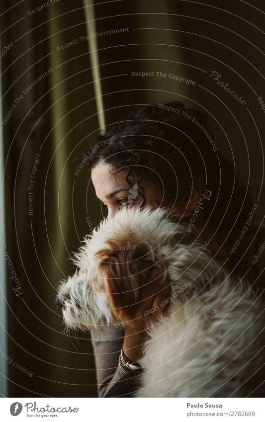 Frau und Hund Mensch feminin Junge Frau Jugendliche 1 18-30 Jahre Erwachsene Haustier Tier beobachten Denken sitzen träumen warten authentisch Freundlichkeit