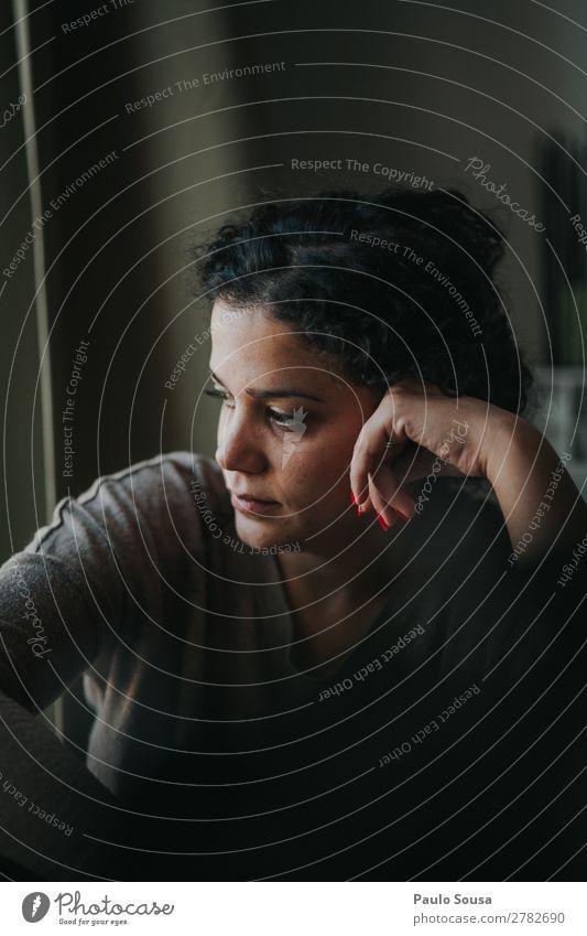 Frau am Fenster Lifestyle Mensch feminin Junge Frau Jugendliche 1 18-30 Jahre Erwachsene Locken beobachten Denken Musik hören sitzen träumen authentisch Glück