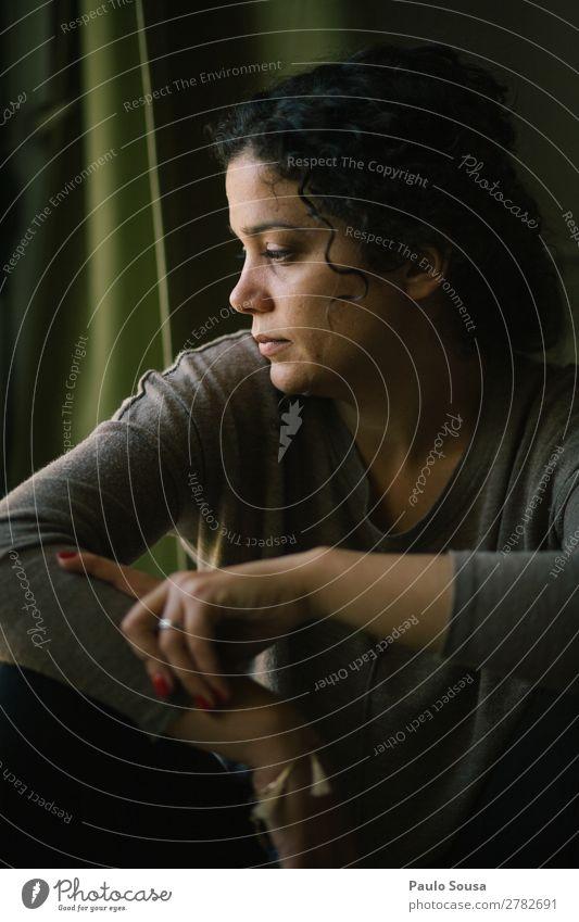 Mädchenportrait am Fenster Mensch feminin Junge Frau Jugendliche 1 18-30 Jahre Erwachsene Locken beobachten Denken warten Fröhlichkeit natürlich Freude