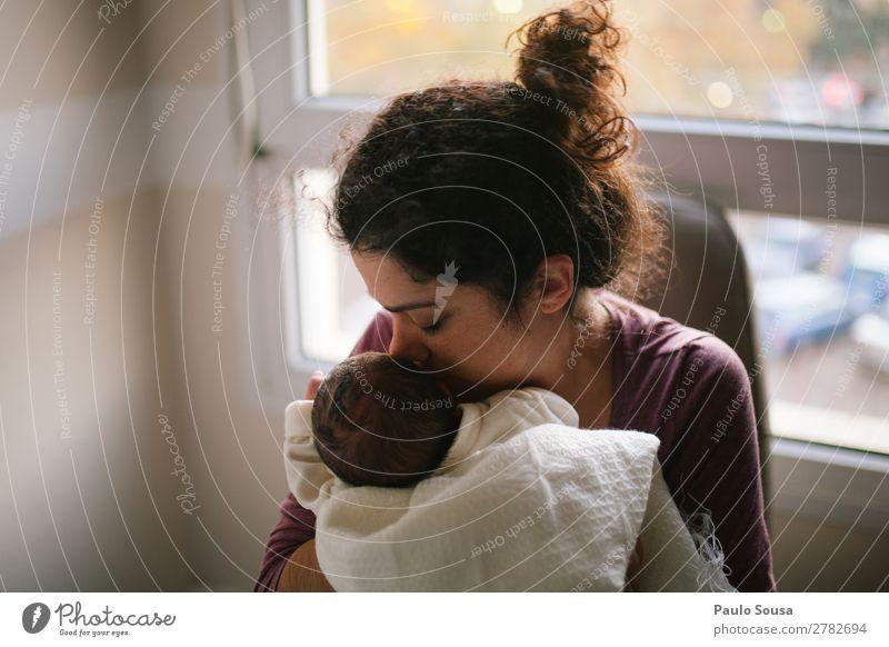 Mutter und Neugeborenes Mensch feminin Kind Baby Kleinkind Junge Frau Jugendliche Erwachsene 2 0-12 Monate 18-30 Jahre berühren genießen Küssen Liebe Umarmen