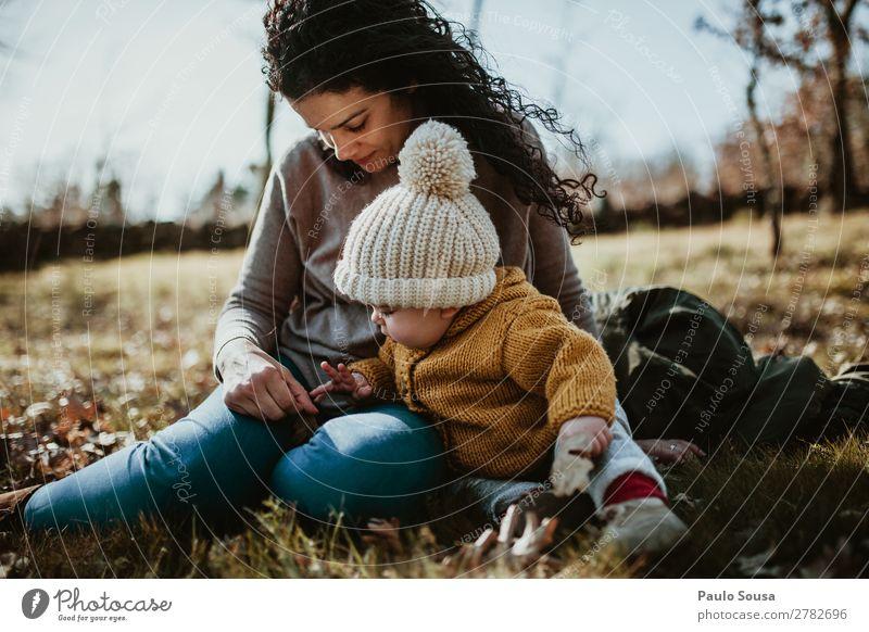 Frau Kind Mensch Natur Jugendliche schön weiß Freude Wald Mädchen 18-30 Jahre Erwachsene Herbst gelb Liebe feminin