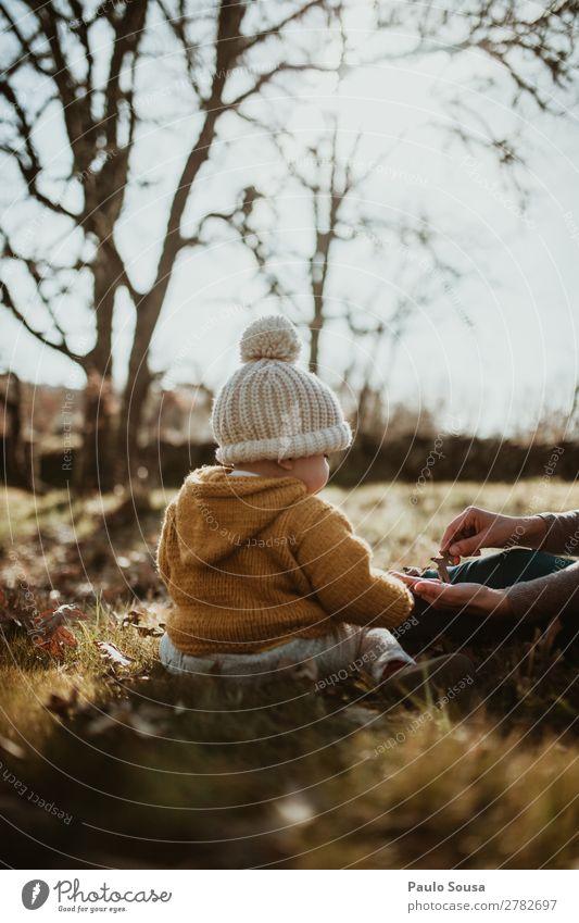 Baby in der Natur Lifestyle Mensch feminin Kind Mädchen 1 1-3 Jahre Kleinkind Schönes Wetter Blatt Wald Mantel Pelzmantel Hut entdecken fangen genießen Liebe