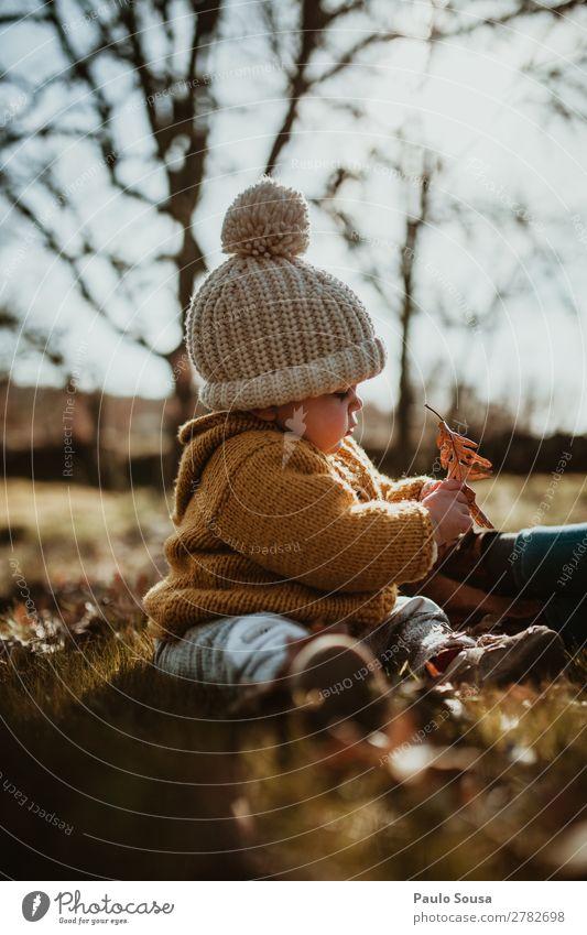 Kind Mensch Natur weiß Blatt Wald Winter Mädchen Herbst Wärme gelb Umwelt feminin Glück Zusammensein Fröhlichkeit