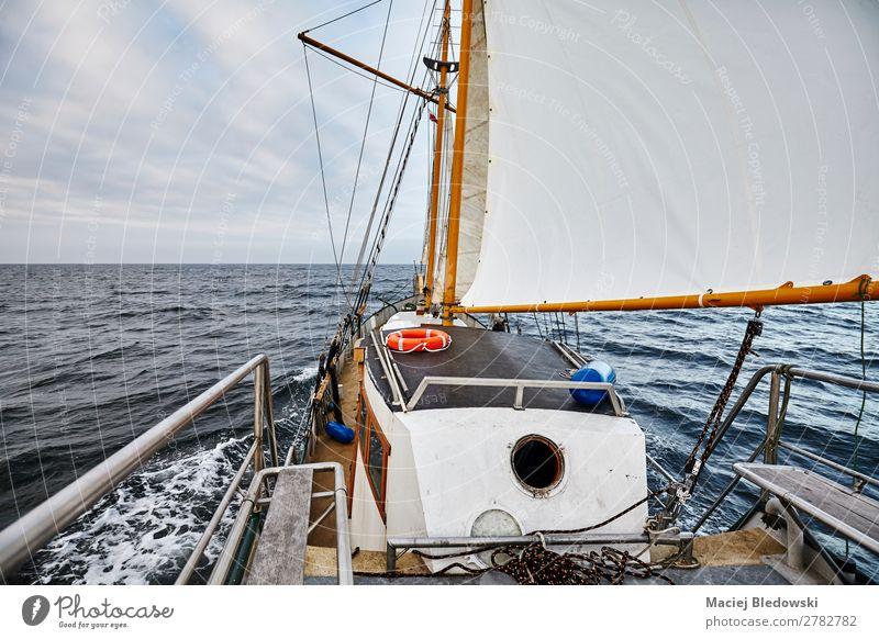 Segeln auf einem alten Schoner an einem regnerischen Tag Lifestyle Ferien & Urlaub & Reisen Ausflug Abenteuer Ferne Freiheit Kreuzfahrt Meer Wellen Himmel