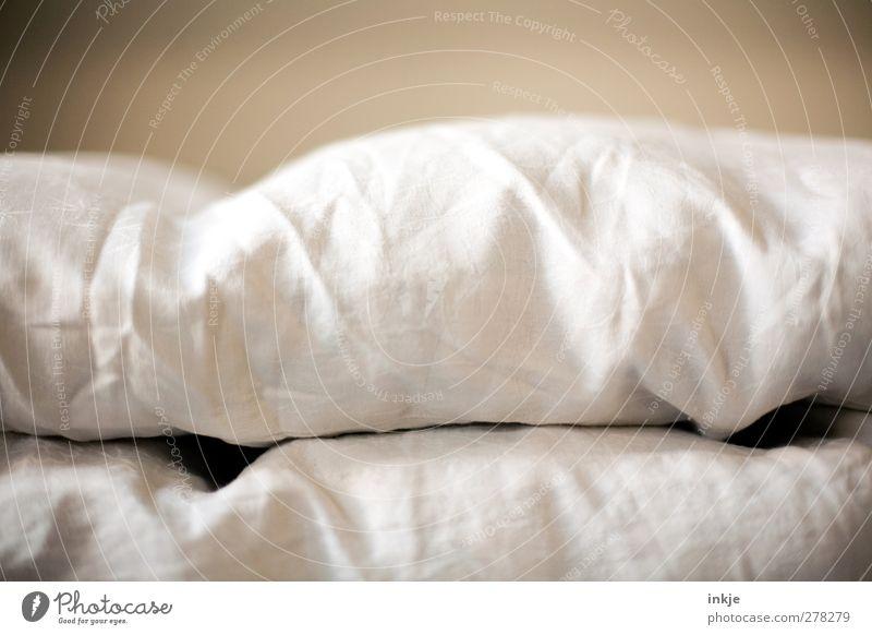 Sonntagsdetail Häusliches Leben Bett Bettwäsche Federbett liegen kuschlig weich braun weiß Gefühle Stimmung ruhig Erholung Pause Bettdecke Vignettierung quer