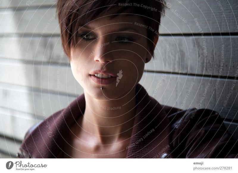grey feminin Junge Frau Jugendliche 1 Mensch 18-30 Jahre Erwachsene Piercing brünett kurzhaarig schön einzigartig Farbfoto Außenaufnahme Tag