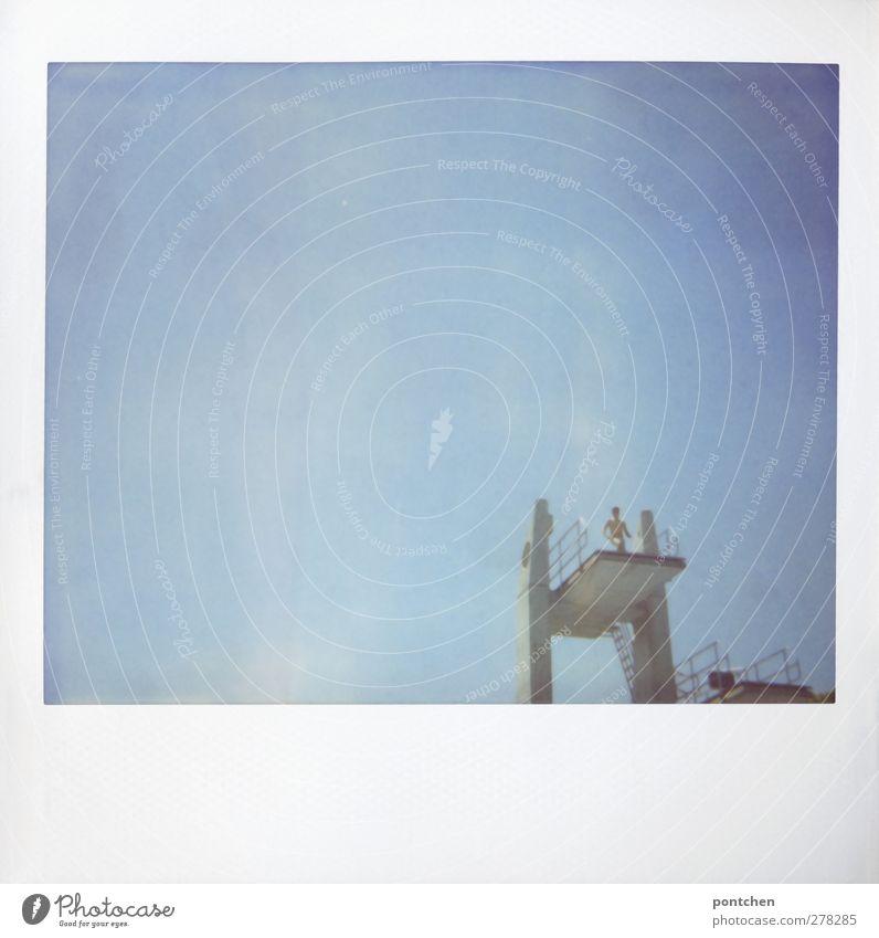 Polaroid. Jugendlicher steht auf 10 Meter Brett auf einem Sprungturm. Höhenangst, Mut, Angst Sportstätten Junger Mann Mensch springen Himmel Freibad Farbfoto