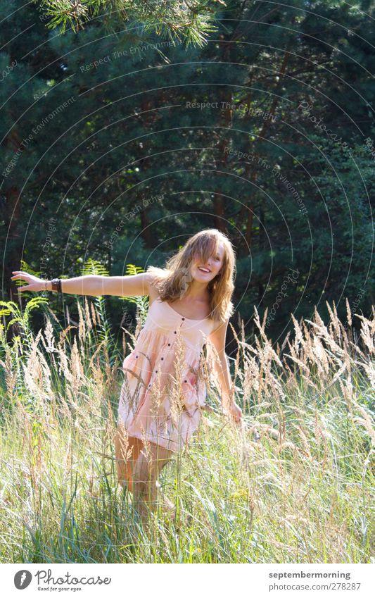 Ein Gefühl von Sommer Mensch feminin Jugendliche 1 Natur Schönes Wetter Wiese Bekleidung Kleid brünett langhaarig Lächeln Tanzen authentisch einfach