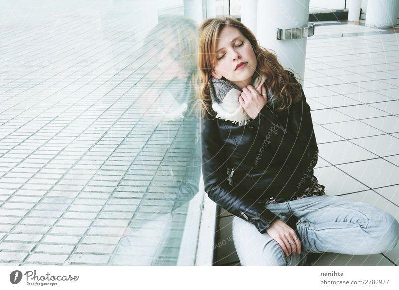 Junge schöne Frau, die sich in einem riesigen Fenster spiegelt. Lifestyle Stil Erholung ruhig Spiegel Mensch feminin Junge Frau Jugendliche Erwachsene 1