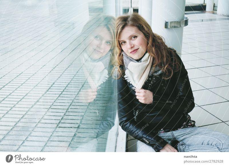 Junge schöne Frau, die sich in einem Fenster spiegelt. Lifestyle Stil Wellness ruhig Spiegel Mensch feminin Junge Frau Jugendliche Erwachsene 1 18-30 Jahre