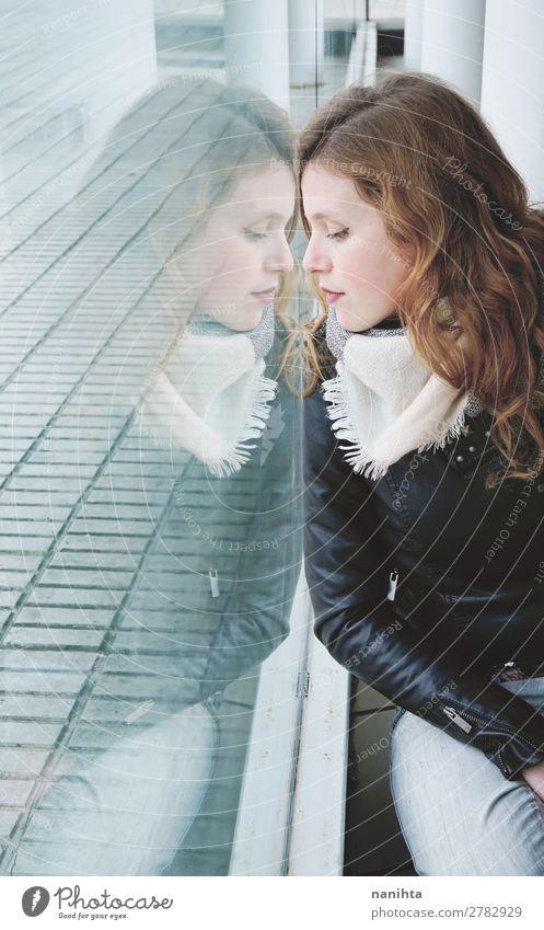Junge schöne Frau, die sich in einem riesigen Fenster spiegelt. Lifestyle Stil Design Leben ruhig Spiegel Mensch feminin Junge Frau Jugendliche Erwachsene 1