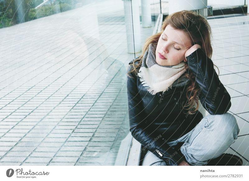 Frau Mensch Jugendliche Junge Frau Stadt schön Erholung Einsamkeit ruhig Fenster 18-30 Jahre Straße Lifestyle Erwachsene Leben natürlich