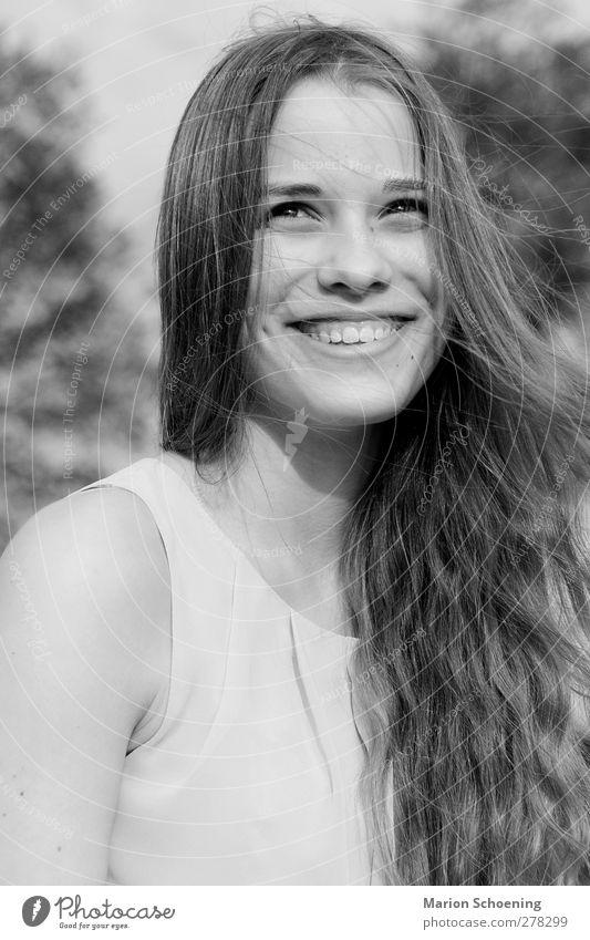 Sommerfreude feminin Junge Frau Jugendliche 1 Mensch lachen frei Freude Glück Fröhlichkeit Zufriedenheit Lebensfreude Schwarzweißfoto Außenaufnahme Porträt