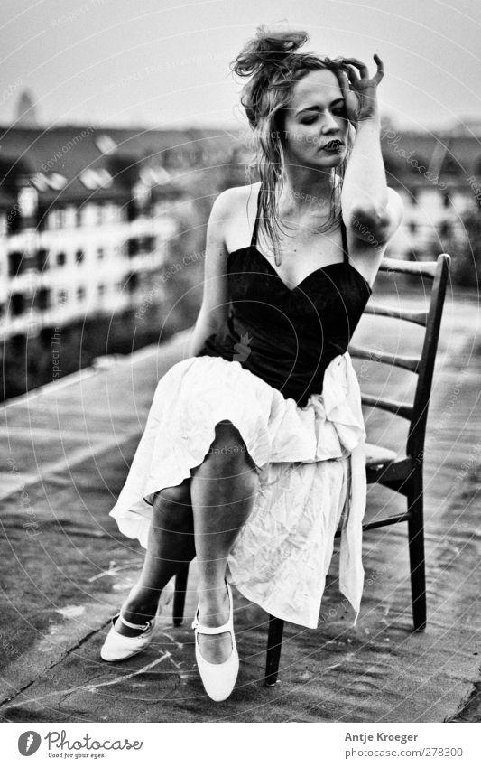 Auf dem Dach feminin Junge Frau Jugendliche 1 Mensch 18-30 Jahre Erwachsene sitzen träumen Gefühle Stimmung Leidenschaft ästhetisch elegant genießen Kreativität