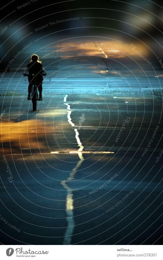 neben der spur... Mensch blau Erholung gelb Straße Bewegung Linie Fahrrad Freizeit & Hobby einzeln fahren Ziel Asphalt Fahrradfahren Abenddämmerung Fahrradtour