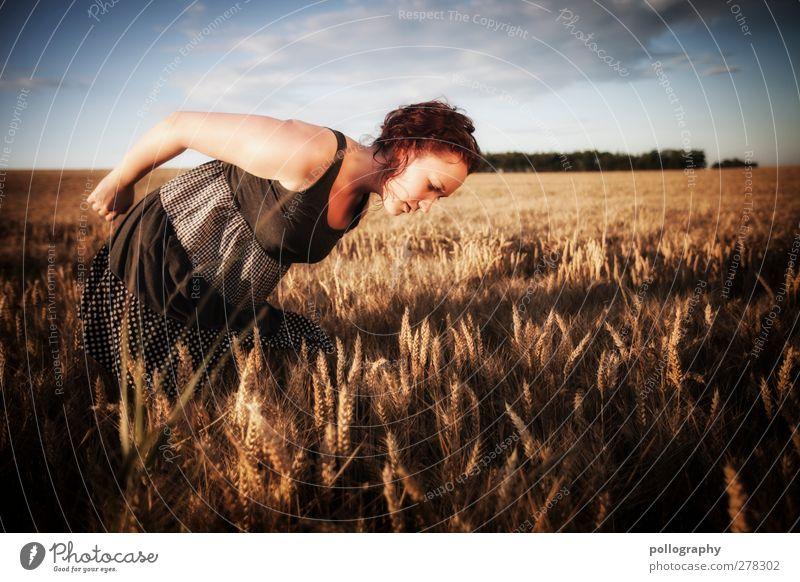 auf der Suche nach dem schwarzen Korn Mensch feminin Junge Frau Jugendliche Erwachsene 1 18-30 Jahre Natur Landschaft Pflanze Himmel Wolken Sonne Sonnenaufgang