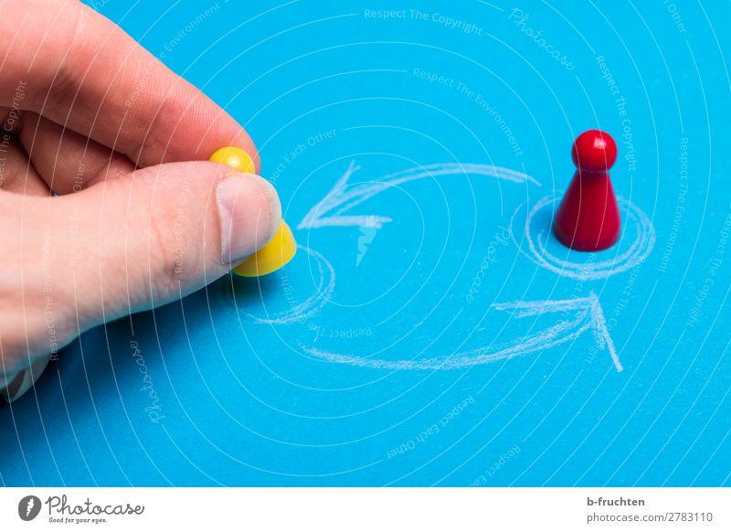 Positionswechsel Arbeitsplatz Wirtschaft Business Unternehmen Karriere Erfolg Team Hand Finger Papier Spielzeug Pfeil wählen Bewegung festhalten blau gelb rot