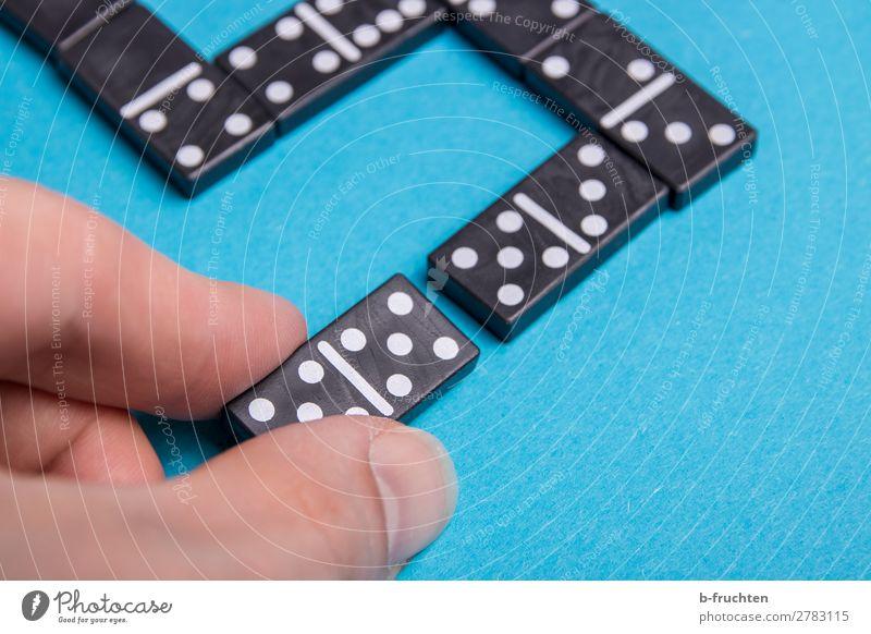 Dominosteine legen Freude Spielen Spielzeug Zeichen Ziffern & Zahlen gebrauchen festhalten liegen blau Netzwerk Teamwork Zusammenhalt zusammenpassen verwandt