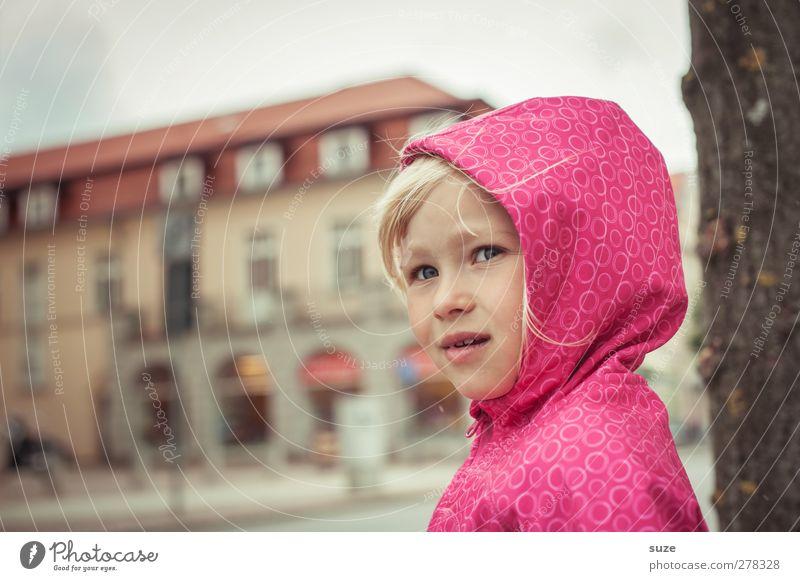 Rainy Day Mensch Kind Mädchen Gesicht Haare & Frisuren klein Kopf Mode rosa blond Wetter Kindheit Wind Freizeit & Hobby stehen Lifestyle
