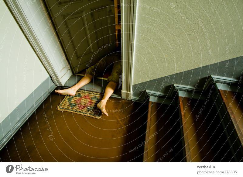 Tatort Häusliches Leben Wohnung maskulin Beine Fuß Mauer Wand Treppe Tür liegen Tod Entsetzen Wut Gewalt absatz offen Mord Totschlag Treppenabsatz Treppenhaus