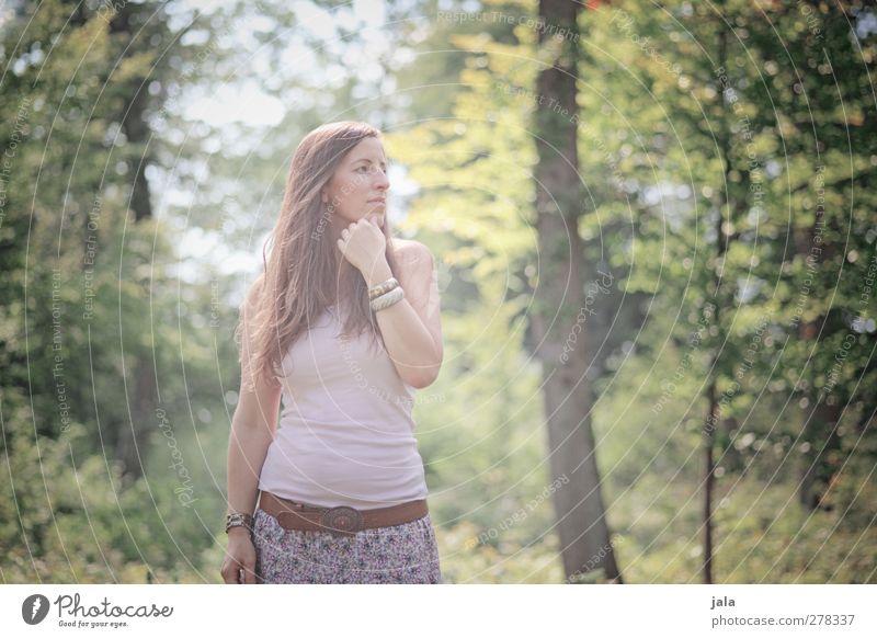 gegenlichtmädchen Mensch Frau Natur Sommer Baum Pflanze Blatt Erwachsene Wald Landschaft Umwelt feminin Haare & Frisuren natürlich ästhetisch Sträucher