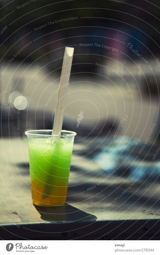 slush [b]ubble tea Ernährung Slowfood Getränk Erfrischungsgetränk Limonade Saft Becher Trinkhalm lecker grün Farbfoto Außenaufnahme Menschenleer Tag