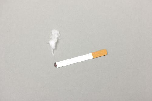 Brennende Zigarette mit Rauch Gesundheit Lifestyle grau genießen Pause Rauchen Stress Appetit & Hunger atmen Sucht Ritual Konsum Laster Nikotin