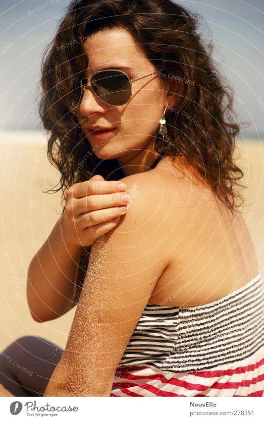 Hold my breath. Mensch Jugendliche schön Erwachsene feminin Erotik Haare & Frisuren 18-30 Jahre natürlich Coolness Locken brünett Sonnenbrille Ohrringe