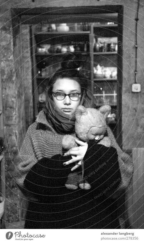please stay! 18-30 Jahre Jugendliche Erwachsene Stofftiere Traurigkeit Innenaufnahme Blick 1 Mensch einzeln Nur eine Frau allein Eine junge erwachsene Frau