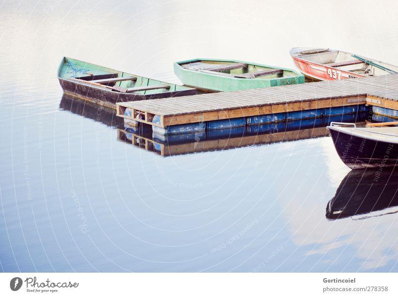 Lake Seeufer ruhig Wasserfahrzeug Steg Reflexion & Spiegelung Wasseroberfläche Ruderboot Wasserspiegelung Farbfoto Außenaufnahme Textfreiraum unten