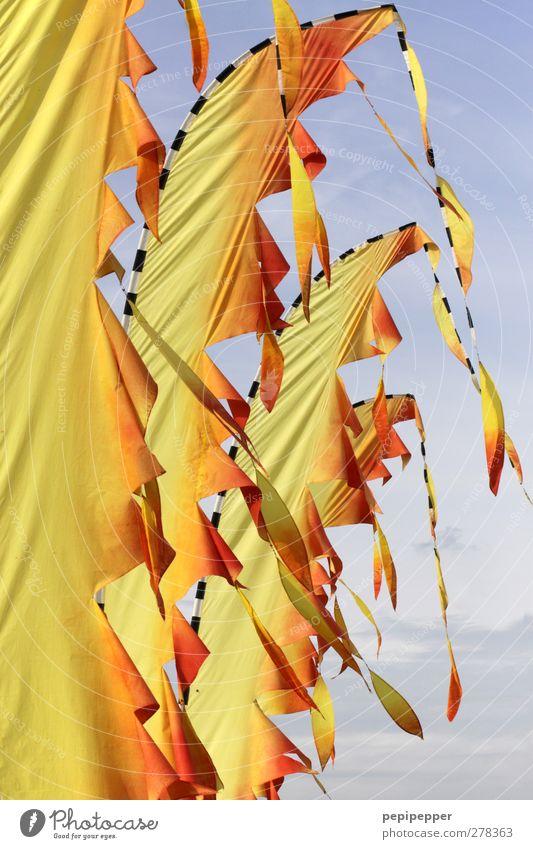 der himmel brennt gelb Bewegung orange Fahne hängen wehen Vor hellem Hintergrund