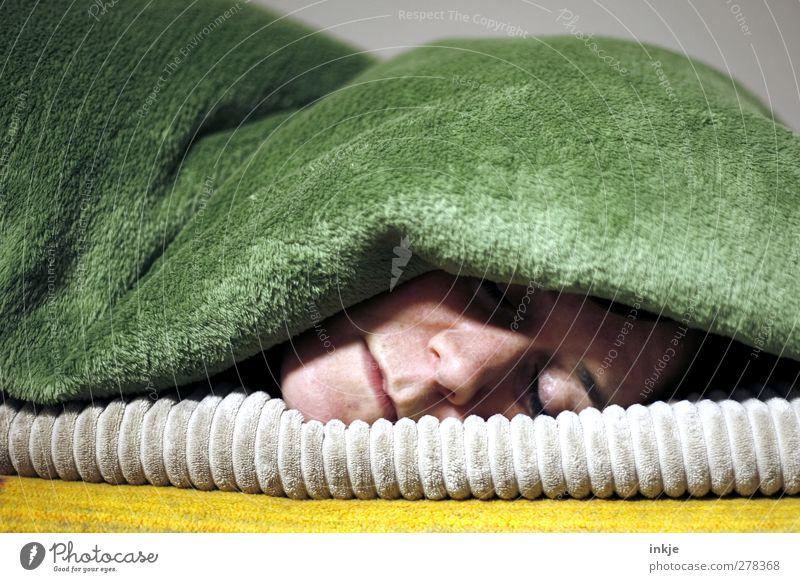 liegenbleiben Krankheit Erholung ruhig Freizeit & Hobby Häusliches Leben Junge Frau Jugendliche Erwachsene Gesicht 1 Mensch 30-45 Jahre Wolldecke Fleece Decke