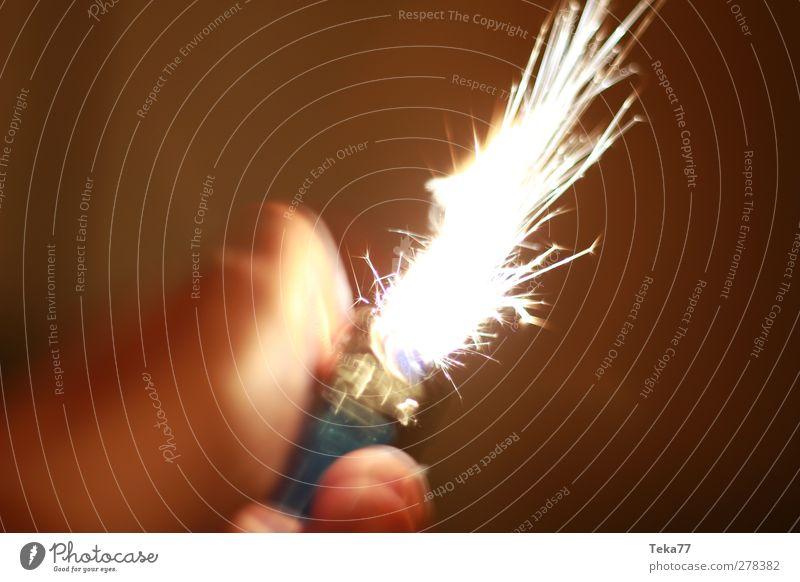 Feuerzeug - Flammen - Werfer Hand rot schwarz gelb braun gold Geschwindigkeit ästhetisch Finger Perspektive einzigartig Tabakwaren Funken
