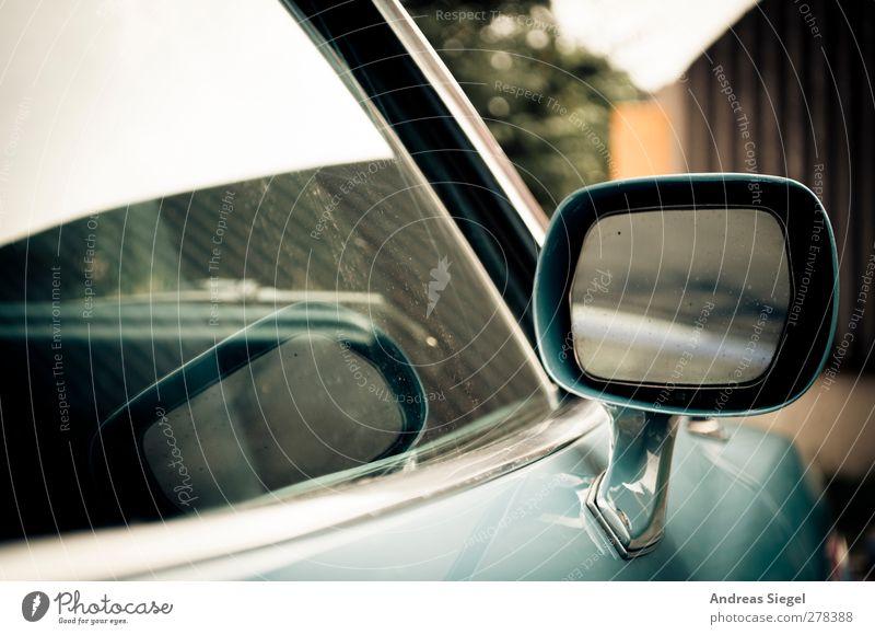 Look right through me Fahrzeug PKW Oldtimer Seitenspiegel Chrom Autofenster Spiegel Reflexion & Spiegelung blau Vergangenheit Vergänglichkeit Unschärfe Farbfoto