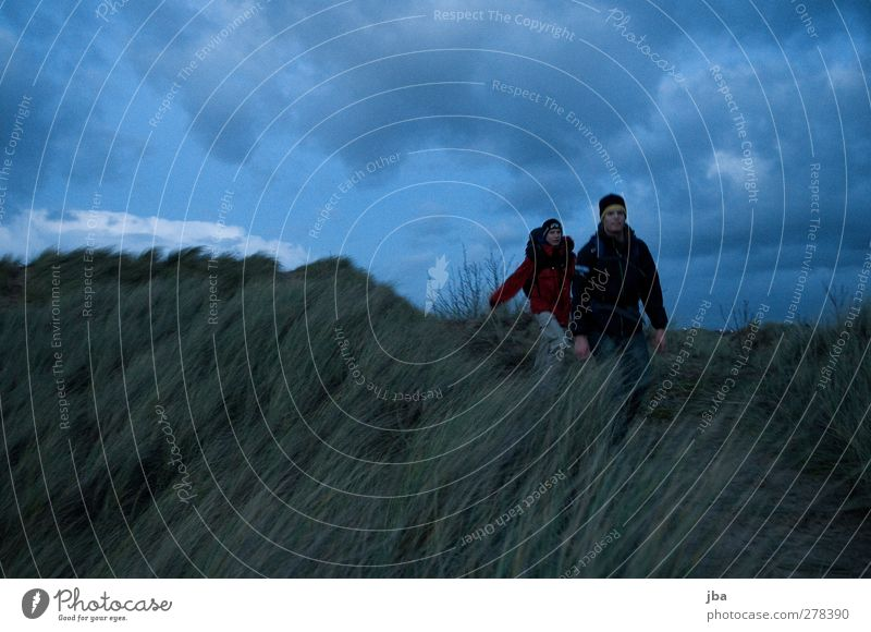 Dünenwanderung Mensch Natur Mann Jugendliche Ferien & Urlaub & Reisen Meer Strand Erwachsene Landschaft Herbst Gras Bewegung Freiheit Küste Luft gehen