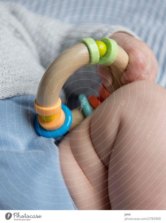Greifling nackt blau Erholung ruhig Beine natürlich Glück Junge Spielen Zufriedenheit träumen liegen Wachstum Kindheit Haut Baby
