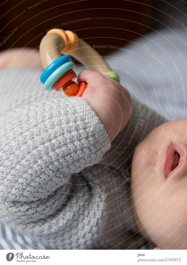 festhalten blau Erholung ruhig Beine natürlich Glück Junge Spielen Zufriedenheit liegen Wachstum Kindheit Baby Mund niedlich Kreis