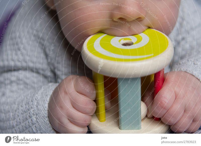 Orale Phase Glück Zufriedenheit Erholung ruhig Spielen Baby Junge Kindheit Mund Lippen 0-12 Monate Spielzeug berühren festhalten liegen lecker natürlich