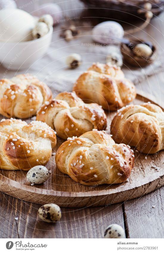 Ostergebäck - kleine Hefeteilchen und gedeckter Tisch Gesunde Ernährung Foodfotografie Speise Lebensmittel Essen Frühling Dekoration & Verzierung süß lecker