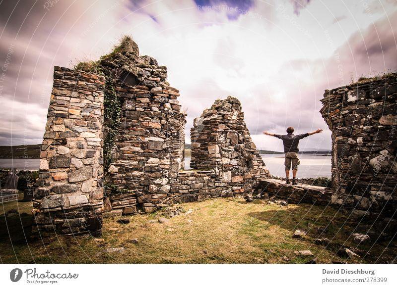 *700* Irland i love you maskulin Junger Mann Jugendliche Erwachsene Landschaft Himmel Wolken Sommer Herbst Schönes Wetter Gras Grünpflanze Ruine Mauer Wand