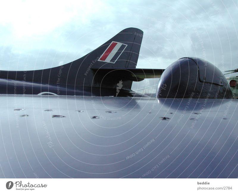 Einschusslöcher Flugzeug Tragfläche Himmel
