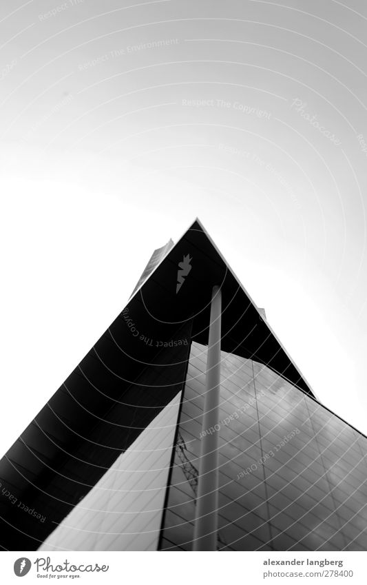 mirror. Beton Glas Metall Schwarzweißfoto Textfreiraum oben Bildausschnitt Moderne Architektur modern aufwärts himmelwärts Glasfassade Ecke