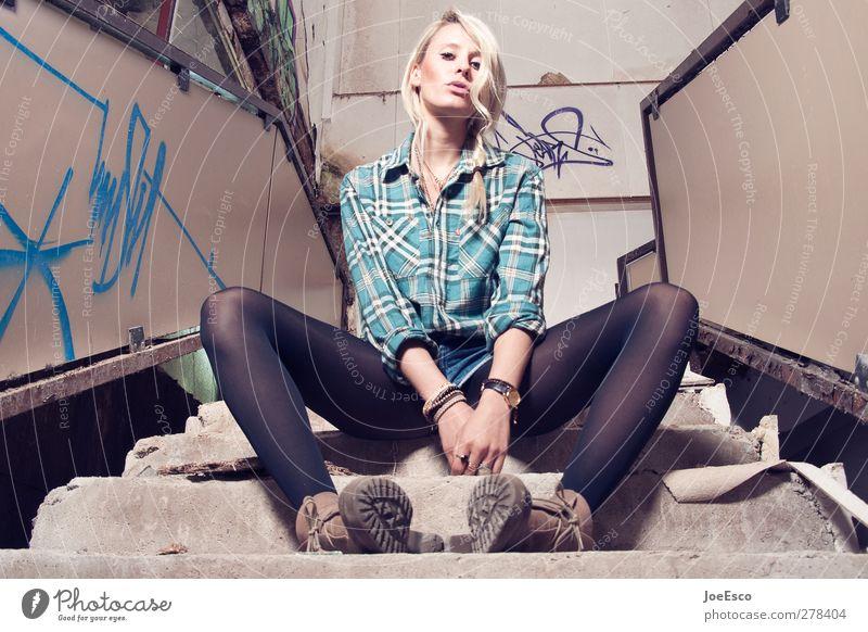 #233499 Stil Nachtleben Frau Erwachsene 1 Mensch 18-30 Jahre Jugendliche Treppe Mode Hemd Strumpfhose Stiefel blond beobachten Erholung sitzen authentisch frech