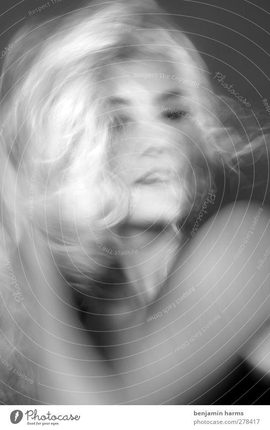weird world feminin Junge Frau Jugendliche 1 Mensch 18-30 Jahre Erwachsene blond langhaarig Locken Bewegung Erotik Unschärfe Schwarzweißfoto Innenaufnahme