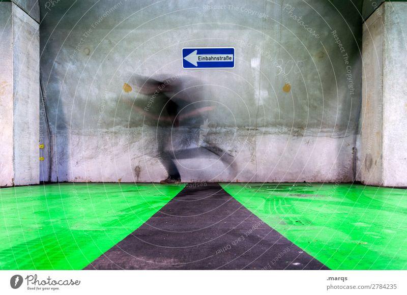 unscharf gegen die Wand Mensch Mann Erwachsene 1 Mauer Schilder & Markierungen Verkehrszeichen rennen außergewöhnlich Geschwindigkeit grau grün Ausdauer