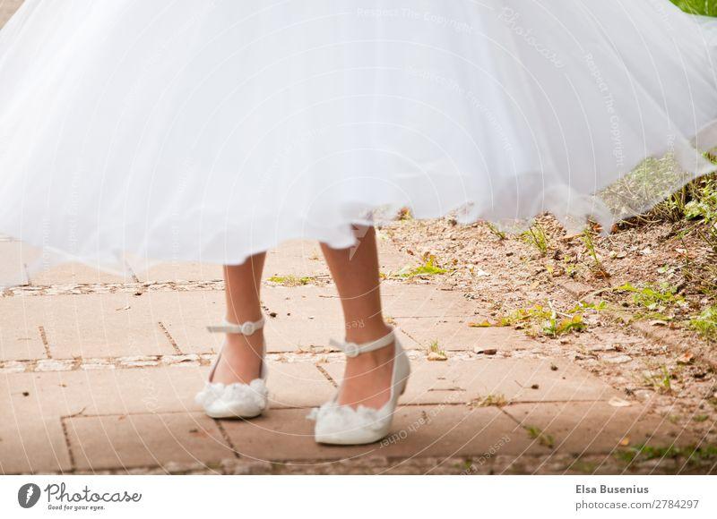 Im Kleid drehen Mensch feminin Mädchen Jugendliche Beine Fuß 1 8-13 Jahre Kind Kindheit Bewegung Tanzen weiß Tugend Freude Fröhlichkeit Freiheit Farbfoto