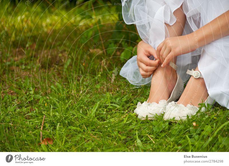 Mädchen im Gras elegant Sommer Mensch feminin Jugendliche Hand Finger Fuß 1 8-13 Jahre Kind Kindheit Kleid Kommunion Schuhe berühren sitzen Gelassenheit